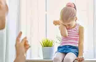 أعاني من ابنتي التي أصبحت متعلقة بي كالظل