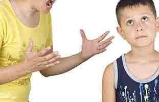 كيف أعالج ابني البالغ 9 سنوات من التعلق الشديد بي وبوالده