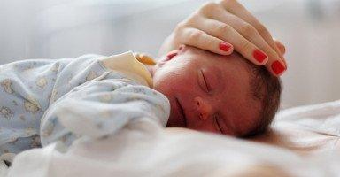 فوائد تحنيك المولود بالتمر وأضراره وطريقة التحنيك