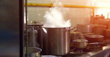تفسير القِدر في المنام ورؤية حِلل المطبخ في الحلم