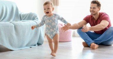 تعليم الطفل المشي وعلامات استعداد الطفل للمشي