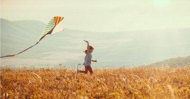 صناعة طائرة ورقية للأطفال وفوائد الطائرات الورقية