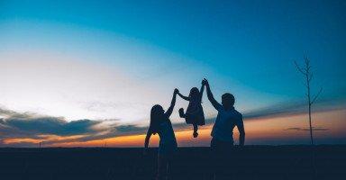 تربية الأبناء من الرضاعة وحتى انتهاء مرحلة المراهقة