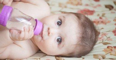 متى يشرب الرضيع الماء؟ فوائد شرب الماء للرضيع