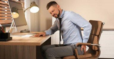 أعراض الناسور العصعصي وطرق العلاج بالجراحة والليزر