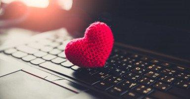ممارسة العلاقة الزوجية عبر الإنترنت