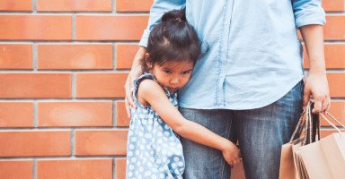 علاج التعلق عند الأطفال وأثر تعلق الطفل الزائد بوالديه