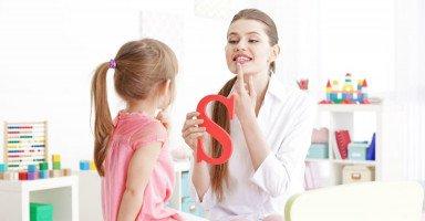 متى يتكلم الطفل وما علاج تأخر النطق عند الأطفال؟