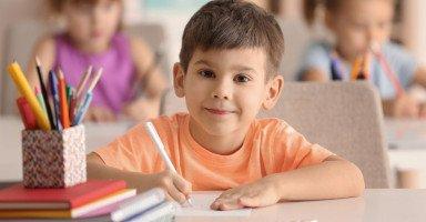 15 طريقة تساعد طفلك على النجاح والتميّز في المدرسة