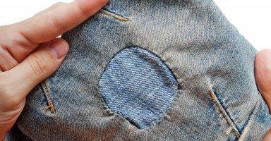 ترقيع الثوب في المنام وحلم إصلاح الملابس الممزقة