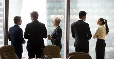 حدود العلاقة بين الرجل والمرأة في العمل والمجتمع