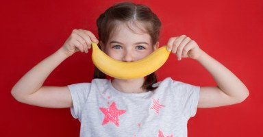 فوائد الموز للأطفال وتحذيرات إعطاء الموز للطفل