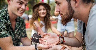 كيفية التعامل مع الصديق المدمن على المخدرات