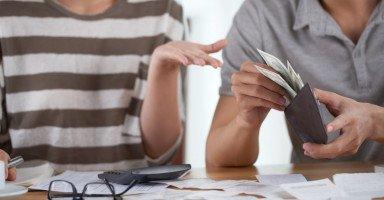 كيف أطلب من زوجي فلوس؟ طريقة طلب المال من الزوج