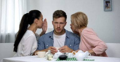 إحضار الأم للعيش في بيت الابن ومشاكل الكنة والحماية