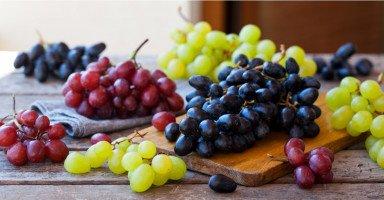 تفسير رؤية العنب في المنام ورمز حلم أكل العنب