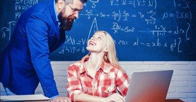 معجبة بأستاذي! حدود العلاقة بين الطالبة والمعلم