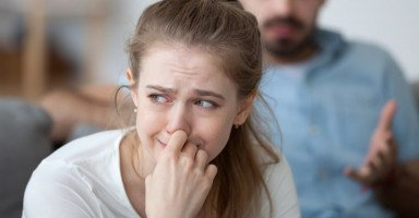 خمسة أخطاء يرتكبها الزوج بحقِّ زوجته وأسرته