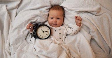 لماذا يستيقظ الطفل ليلاً؟ وما هو الحل؟