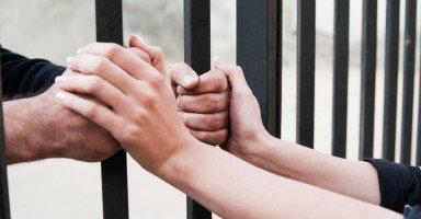 التعامل مع الزوج السجين وزيارة الزوج في السجن