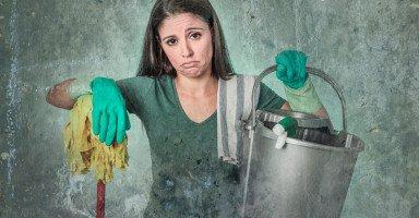 زوجي يتهمني بالقذارة وينادي أهله ليتفقدوا زبالة بيتي!