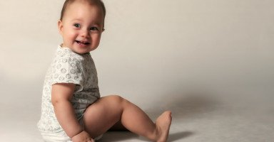 عدم انتباه الطفل عند مناداته (متى يستجيب الطفل لاسمه؟)