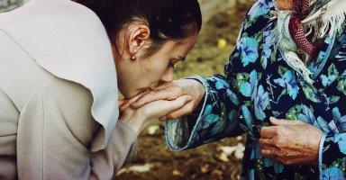 فضل برِّ الوالدين في الإسلام وطرق برّ الوالدين