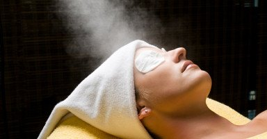 طرق تنظيف الوجه بالبخار وأنواع حمام البخار للوجه