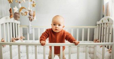 متى يقف الطفل الرضيع لوحده؟