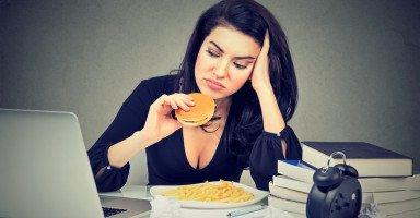 أطعمة تزيد الاكتئاب وعلاقة الطعام بالحالة النفسية