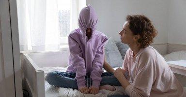 كيفية التعامل مع المراهق العنيد وأسباب عناد المراهقين