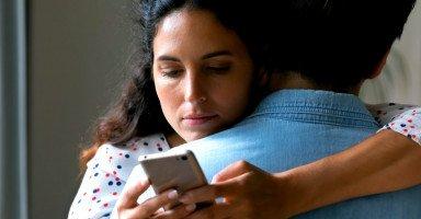 علامات تفكير الزوجة برجل غير زوجها والخيانة العاطفية
