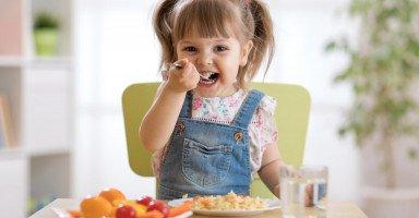 اكلات تساعد الطفل على النطق وعلاقة التغذية بتعلم الكلام