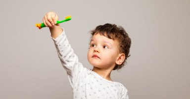 اختيار فرشاة أسنان للأطفال وتعليم الطفل تنظيف الأسنان