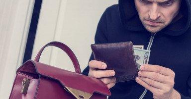 رغم أنني قبيحة يمثلون علي الحب طمعاً في أموالي!