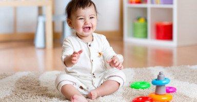 تطور الطفل في الشهر الثامن وألعاب أطفال 8 شهور