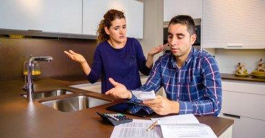 زوجي مبذر ماذا أفعل؟ نصائح للتعامل مع الزوج المسرف