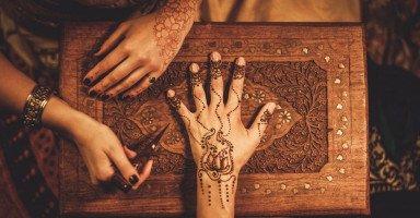 رمز الحناء في المنام وتفسير حلم الحنة للرجل والمرأة