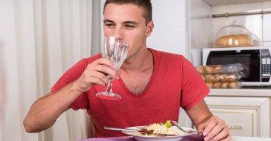 فوائد وأضرار شرب الماء أثناء الأكل