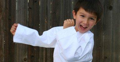 كيف أعلم ابني الدفاع عن نفسه في كل مكان؟