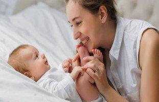 تطورات الطفل في الشهر الثالث وحركات وألعاب الرضع