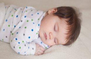 نوم الطفل في الشهر الرابع وغذاء الطفل أربع شهور