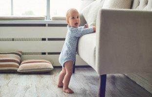 مراحل وقوف الطفل ومساعدة الطفل على الوقوف بمفرده