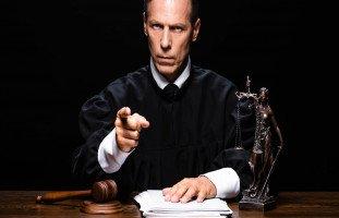 تفسير رؤية القاضي في المنام وحكم القاضي في الحلم