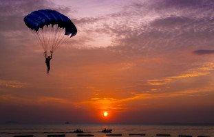 تفسير حلم الطيران بالمظلة والقفز المظلي في المنام