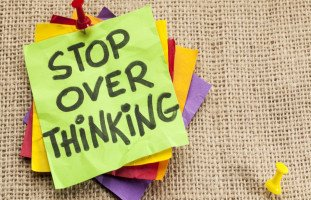 طرق لوقف الإفراط في التفكير بكل شيء وعلاج التفكير الزائد