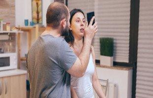 مواجهة الزوجة بخيانتها وردة فعل الزوجة بعد كشفها