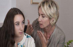 أسباب كره البنت لأمها وحلول العلاقة المتوترة بين الأم وابنتها