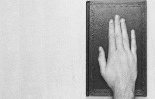 الحلف في المنام وتفسير رؤية القسم والحلف بالله في الحلم