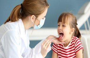 علاج التهاب الحلق عند الأطفال بالأدوية والأعشاب